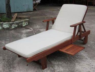 מיטת שיזוף עץ ג'ניפר + ריפוד